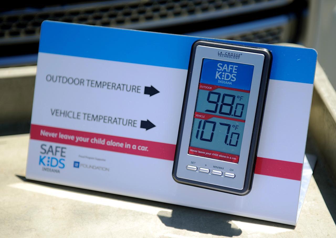 Este monitor muestra la temperatura exterior y la de un auto en un mercado en Evansville, Indiana. Las muertes de cuatro niños en los últimos días elevan las víctimas fatales por calor dentro de vehículos a 23 (AP/DARRIN PHEGLEY)