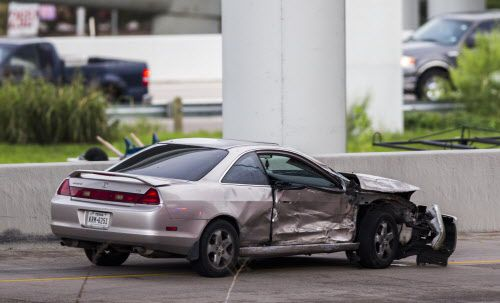 Un auto dañado entre la carretera 35 y Hotel Street en Dallas, después de un choque el 8 de Octubre. (Ashley Landis/The Dallas Morning News)