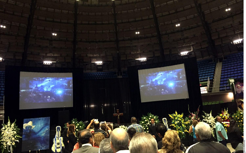 """Familiares, amigos y fans de Emilio Navaira asisten a dar el último adiós al """"Rey del Rodeo"""" en el Freeman Coliseum, de San Antonio./AGENCIA REFORMA"""