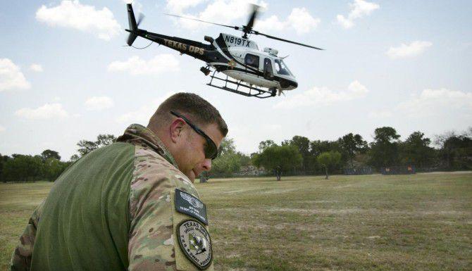 Un agente del Departamento de Seguridad Pública de Texas ve el despegue de un helicóptero asignado a vigilancia fronteriza cerca de McAllen, Texas. (AP/ARCHIVO)