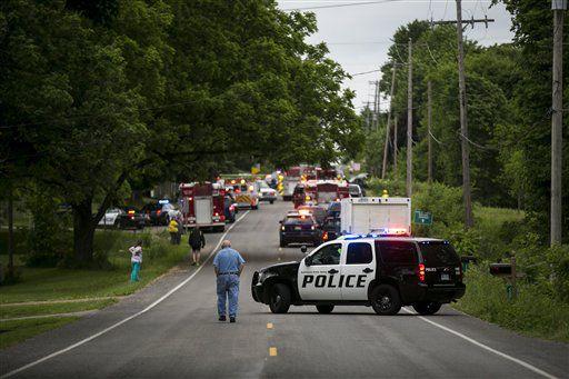 olicías y rescatistas acuden al sitio donde fueron atropellados fatalmente varios ciclistas en Copper Township, Michigan./AP