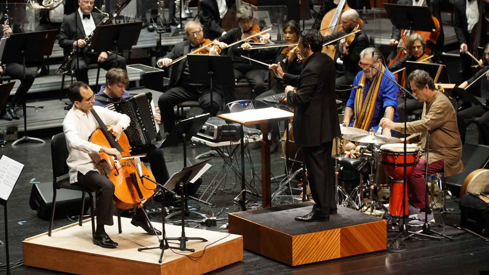 "La Orquesta Sinfónica de Fort Worth interpreta ""Azul"", en el Bass Performance Hall de Fort Worth, TX."