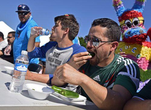 Mark Hinojosa, de 21 años, e Isaac Ríos, de 32, compiten el concurso de quién come más jalapeños en las celebración del Cinco de Mayo de Mesquite. BEN TORRES/AL DÍA