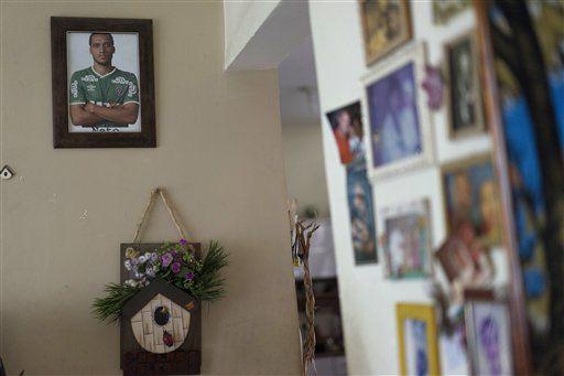 Una fotografía enmarcada de Neto, futbolista del Chapecoense brasileño, que sobrevivió a un accidente aéreo en Colombia en el que fallecieron la mayoría de sus compañeros de plantel, cuelga en una pared de la casa de sus padres en Río de Janeiro, Brasil, el 1 de diciembre de 2016. La esposa de Neto le contó a la familia que el día del vuelo su esposo le dijo que había soñado que el avión se estrellaba. (AP Foto/Leo Correa)