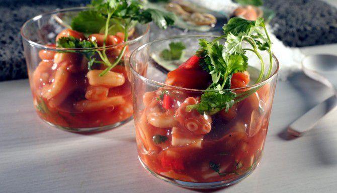 El coctel Vuelve a la Vida tiene mariscos y tomate, además de la poderosa salsa bruja.(AGENCIA REFORMA)