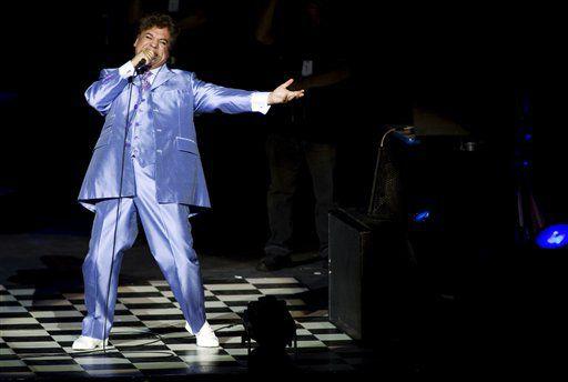 En esta foto del 25 de septiembre del 2009, el cantante y compositor mexicano Juan Gabriel durante un concierto en Guadalajara, México. (AP Foto/Carlos Jasso, Archivo)