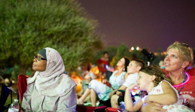 Yamna Goughbar juega con Joshua Hern, de 5 años, el domingo durante la celebración de fuegos pirotécnicos con relación al Cuatro de Julio, en Southlake.  ——-  Yamna Goughbar observa los fuegos pirotécnicos de la celebración Stars & Stripes 2016 en el Town Square de Southlake, con motivo de la celebración del Cuatro de Julio. (DMN  ——-  DMN/TING SHEN  ——-  TING SHEN)