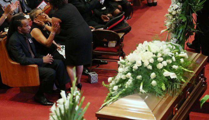 Familiares de las víctimas de la tragedia del 18 de junio en Charleston se reunieron para darles un último adiós. (Getty Images/Joe Raedle)