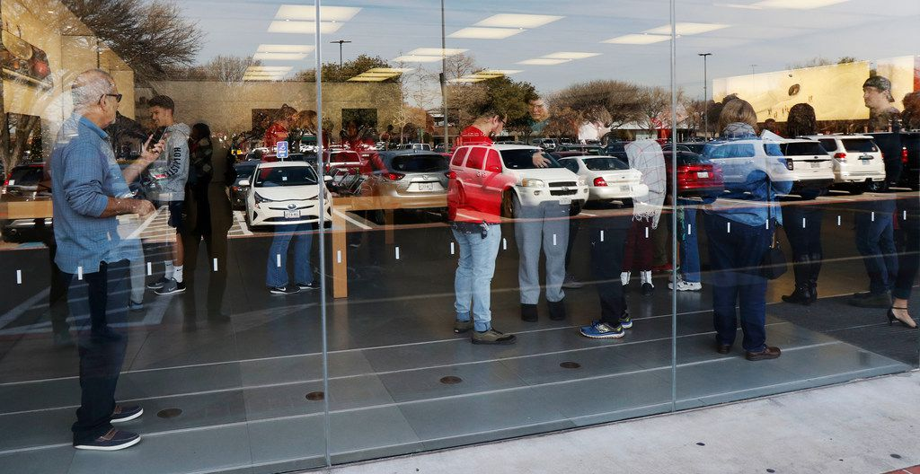 Shoppers at the Apple store at University Park Village in Fort Worth on Jan. 4, 2018.