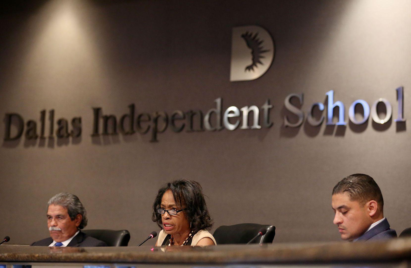 El vocal Jaime Reséndez (der.) impulsó una resolución en apoyo a los estudiantes y las familias del distrito que están en el país sin autorización. (Foto: Andy Jacobsohn/DMN)
