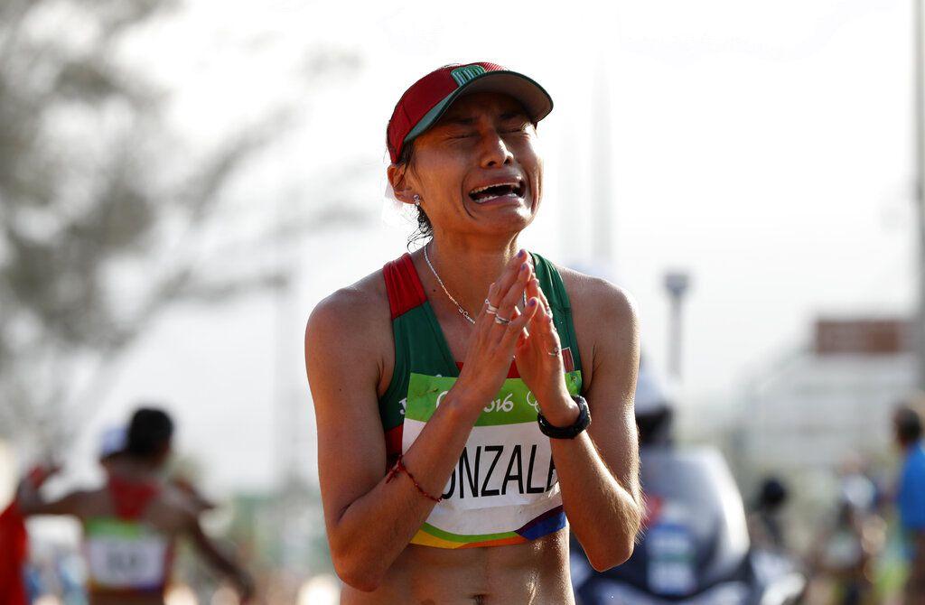 ARCHIVO – En esta foto del viernes 19 de agosto de 2016, la mexicana María Guadalupe González reacciona tras cruzar la meta al quedar segunda en la marcha de 20 kilómetros de los Juegos Olímpicos de Río de Janeiro. (AP Foto/Robert F. Bukaty)