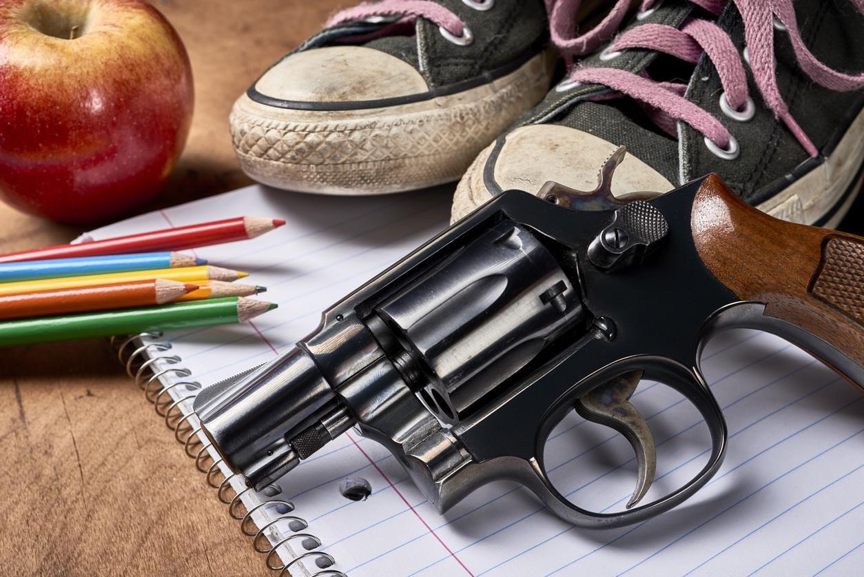 Una pistola en un escritorio de una escuela.(GETTY IMAGES)