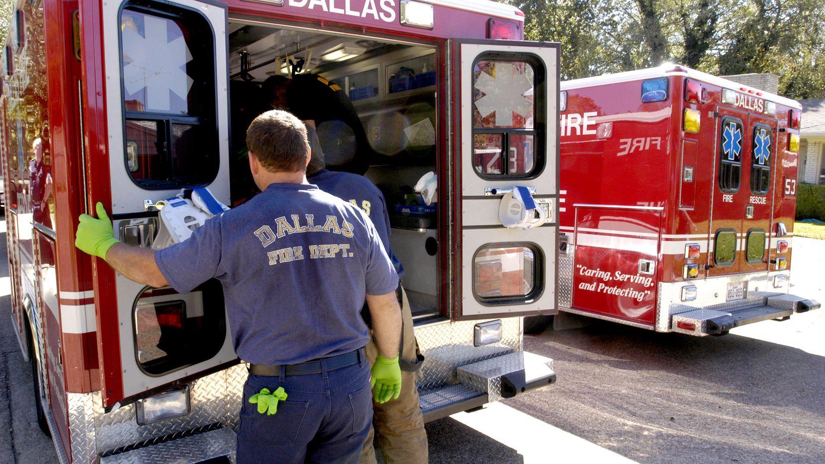 Los paramédicos trataron de someter a una mujer bajo efectos de drogas que los escupió. DMN