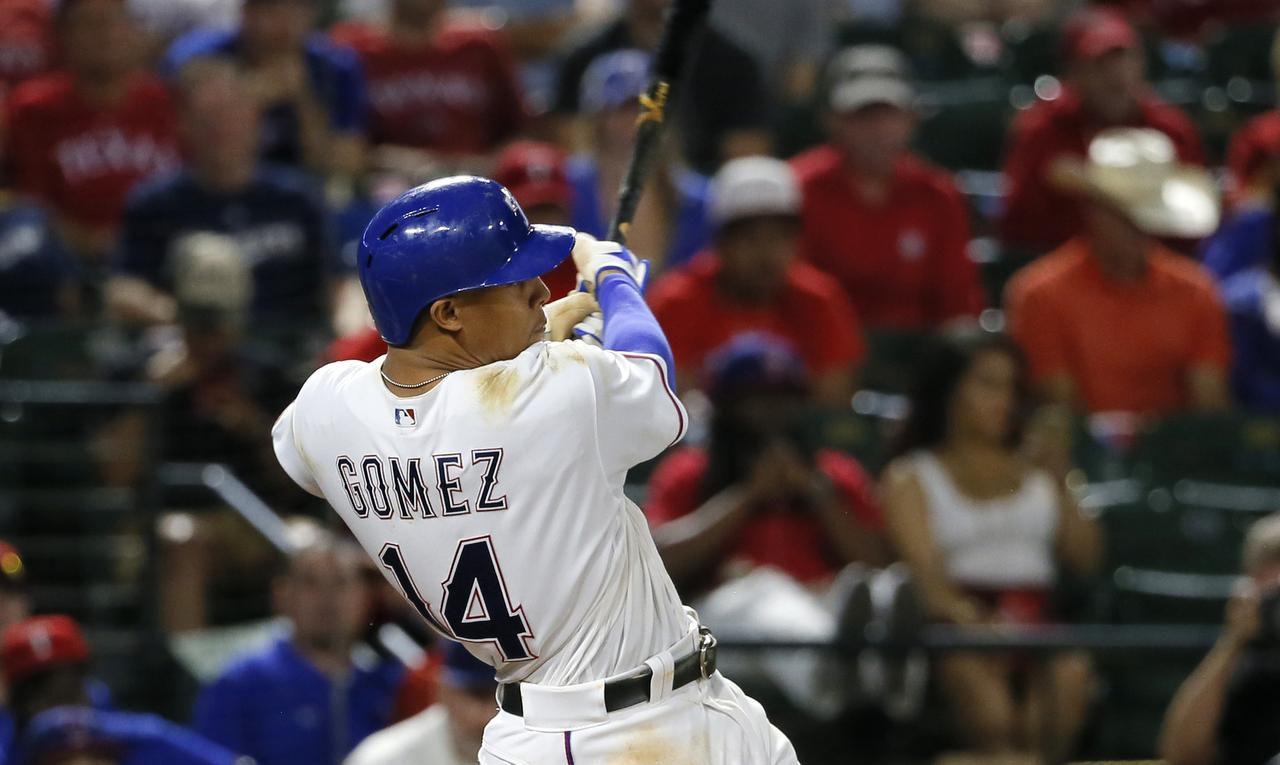 Carlos Gomez conectó un jonrón de tres carreras el miércoles en el triunfo de Rangers 8-5 ante Brewers en Arlington. (AP/TONY GUTIÉRREZ)