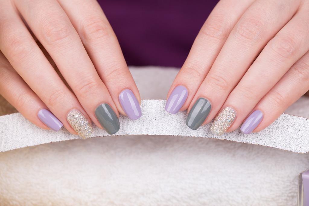 Una persona se realiza un manicure en sus uñas.(GETTY IMAGES)