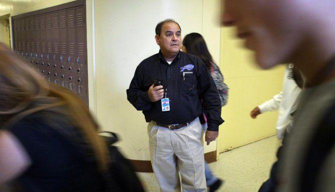 El popular exdirector de la preparatoria Sunset, Anthony Tovar, ha sido llamado para ayudar a reestablecer la estabilidad en la academia Gilliam de Dallas, que está bajo investigación por faltas académicas. (AL DÍA/ARCHIVO)
