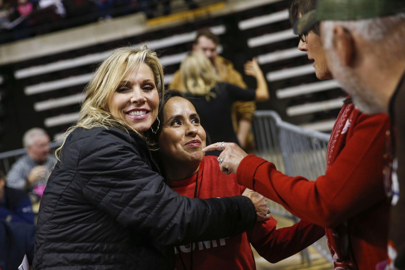 Teri Netterville (à gauche) de la radio KEEL 710 AM embrasse Martha Doss, qui a accordé une interview à la station lors d'un rassemblement pour réélire le président Donald Trump à Bossier City, en Louisiane, le 14 novembre 2019.