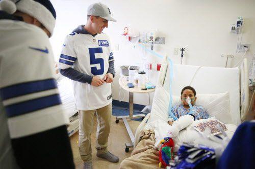 El pateador Dan BAiley habla con Xavier Sanford de 9 años, internado en el Medical CityChildren's Hospital de Dallas. Foto DMN