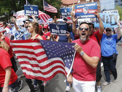 """Al grito de """"USA-USA"""" o """"sí se puede"""" miles de personas llegaron hasta la sede da la alcaldía durante la Megamarcha. LOUIS DeLUCA/DMN"""