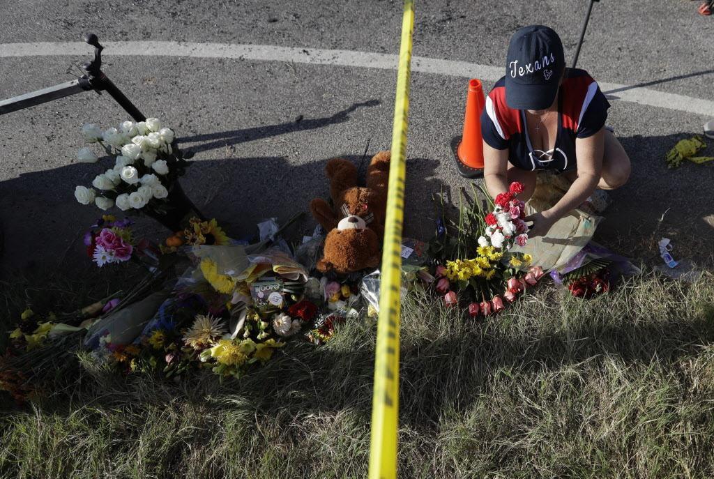 Un homenaje improvisado a las víctimas de Sutherland Springs. Los políticos de Texas y el país ofrecen plegarias como respuesta, pero se rehúsan a hablar de control de armas. (AP/ERIC GAY)