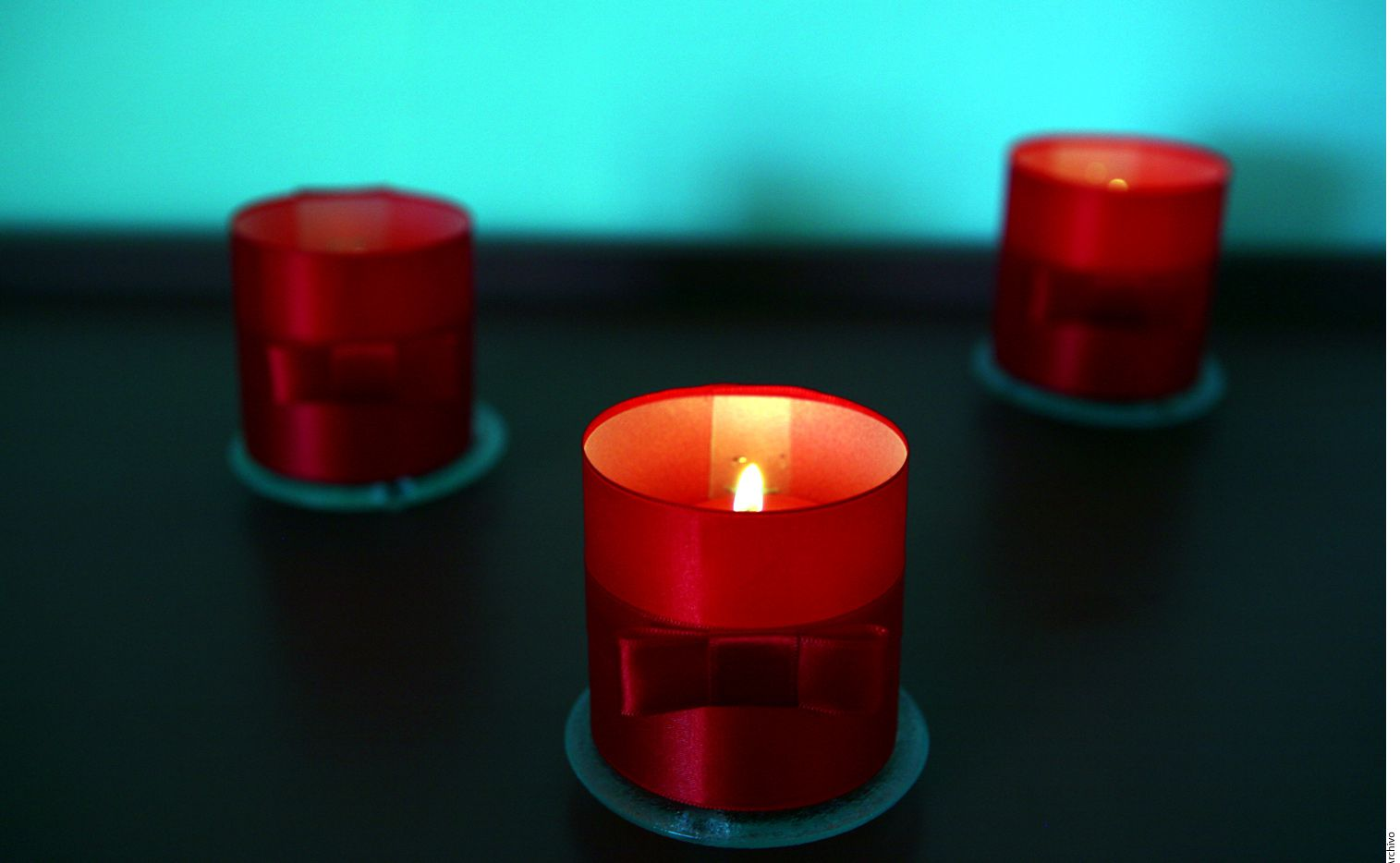 Un ritual que le dará luz a tu 2018 es poner velas de colores: azul trae tranquilidad al año nuevo, las amarillas atraerán la abundancia, las rojas te llenarán de pasión y las verdes alejarán de ti las enfermedades./ AGENCIA REFORMA
