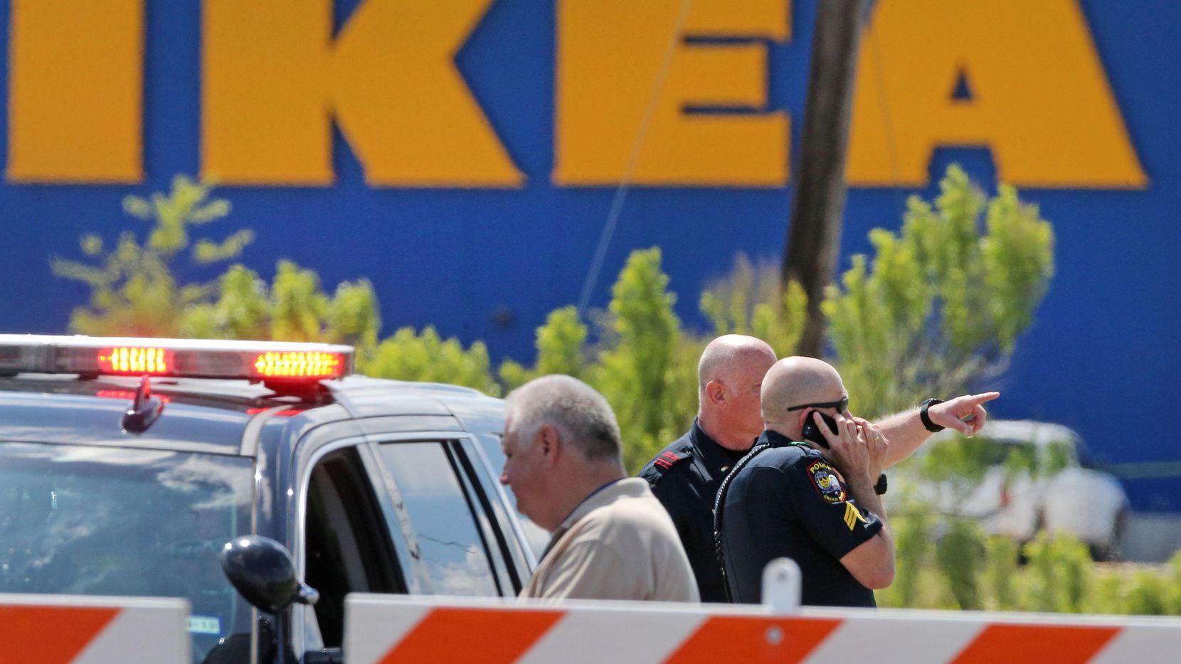 Los policías de Grand Prairie luego del enfrentamiento con una persona que terminó con la muerte del sospechoso. (DMN/LOUIS DeLUCA)