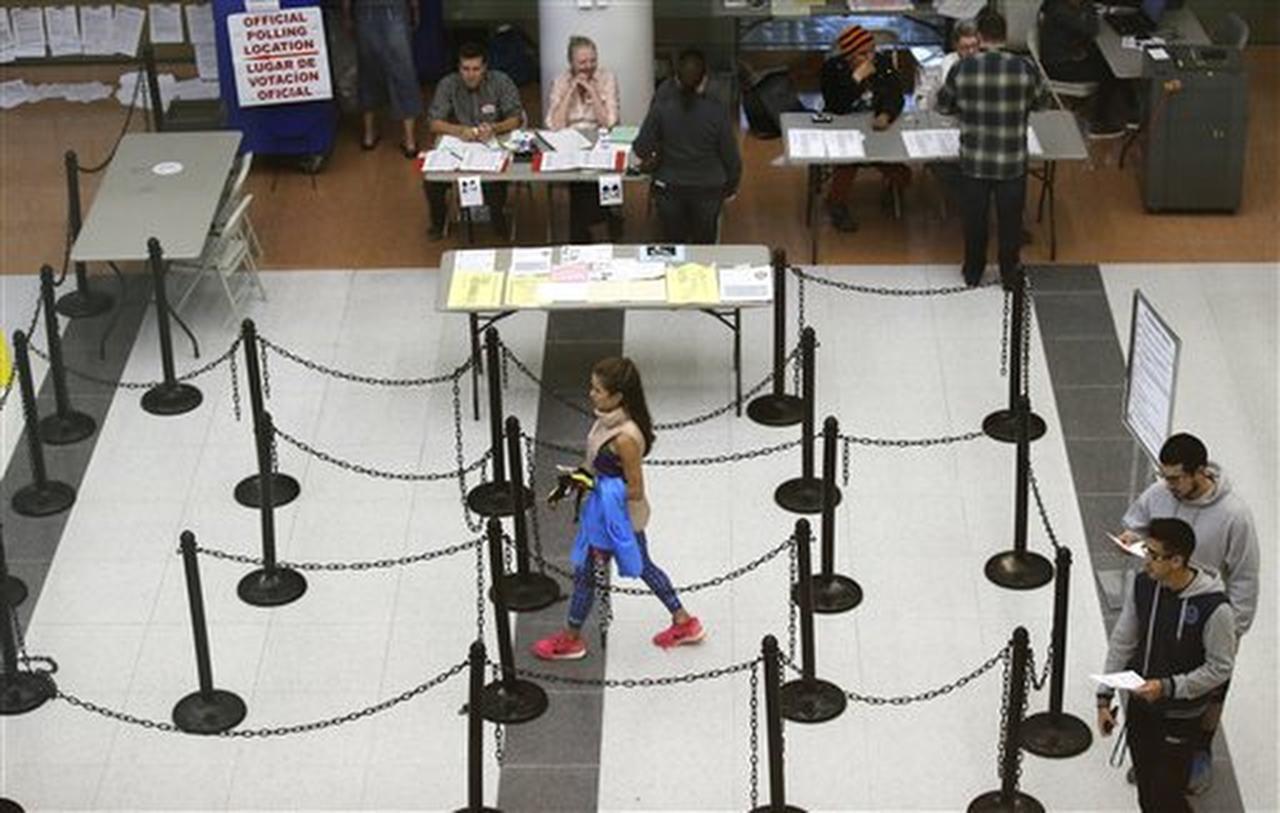 En esta imagen del martes 8 de noviembre de 2016, votantes caminando hacia un centro de votación en Dallas, Texas. (AP/LM OTERO)