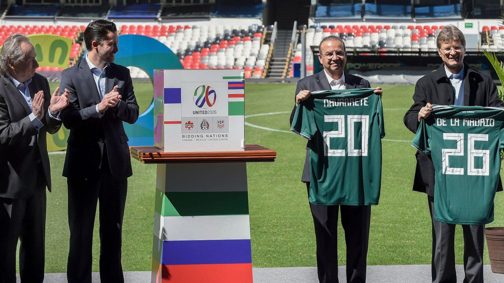 Representantes de las federaciones de México, Estados Unidos y Canadá presentaron su propuesta conjunta para albergar la Copa de 2026. (AFP/Getty Images/ALFREDO ESTRELLA)