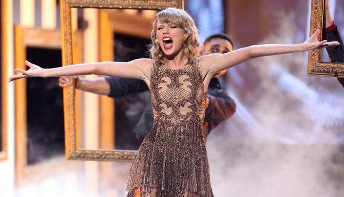 """Taylor Swift abrió la ceremonia de los AMA interpretando """"Blank Space"""" de su nuevo álbum """"1989"""". (AP/MATT SAYLES)"""