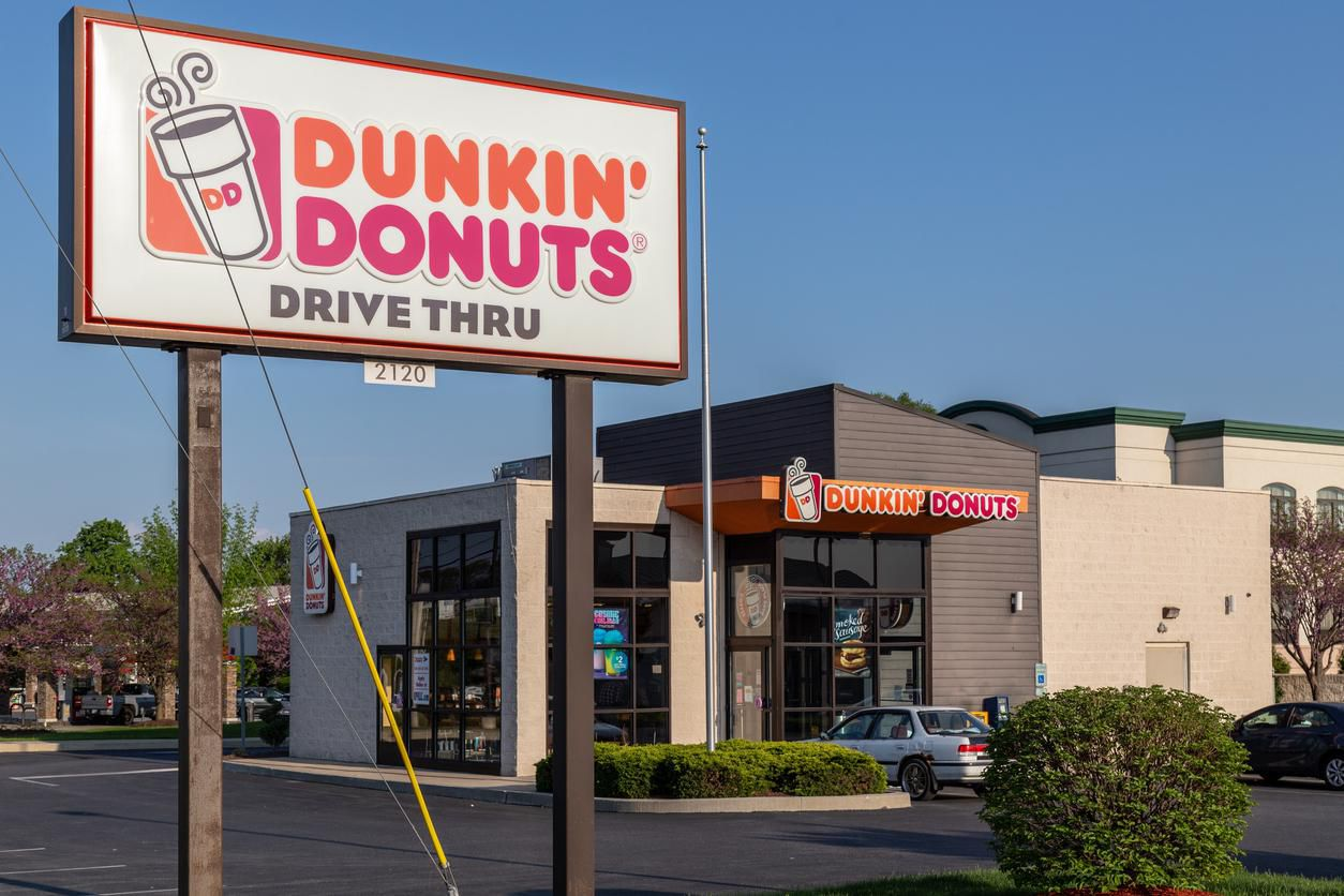 Una tienda de Dunkin' Donut en Massachusets.Lancaster, PA, USA – May 8, 2018: Exterior sign of Dunkin' Donut fast food bakery and store, which offers fresh doughnuts, sandwiches, coffee and beverages at over 12,000 locations.(GETTY IMAGES)