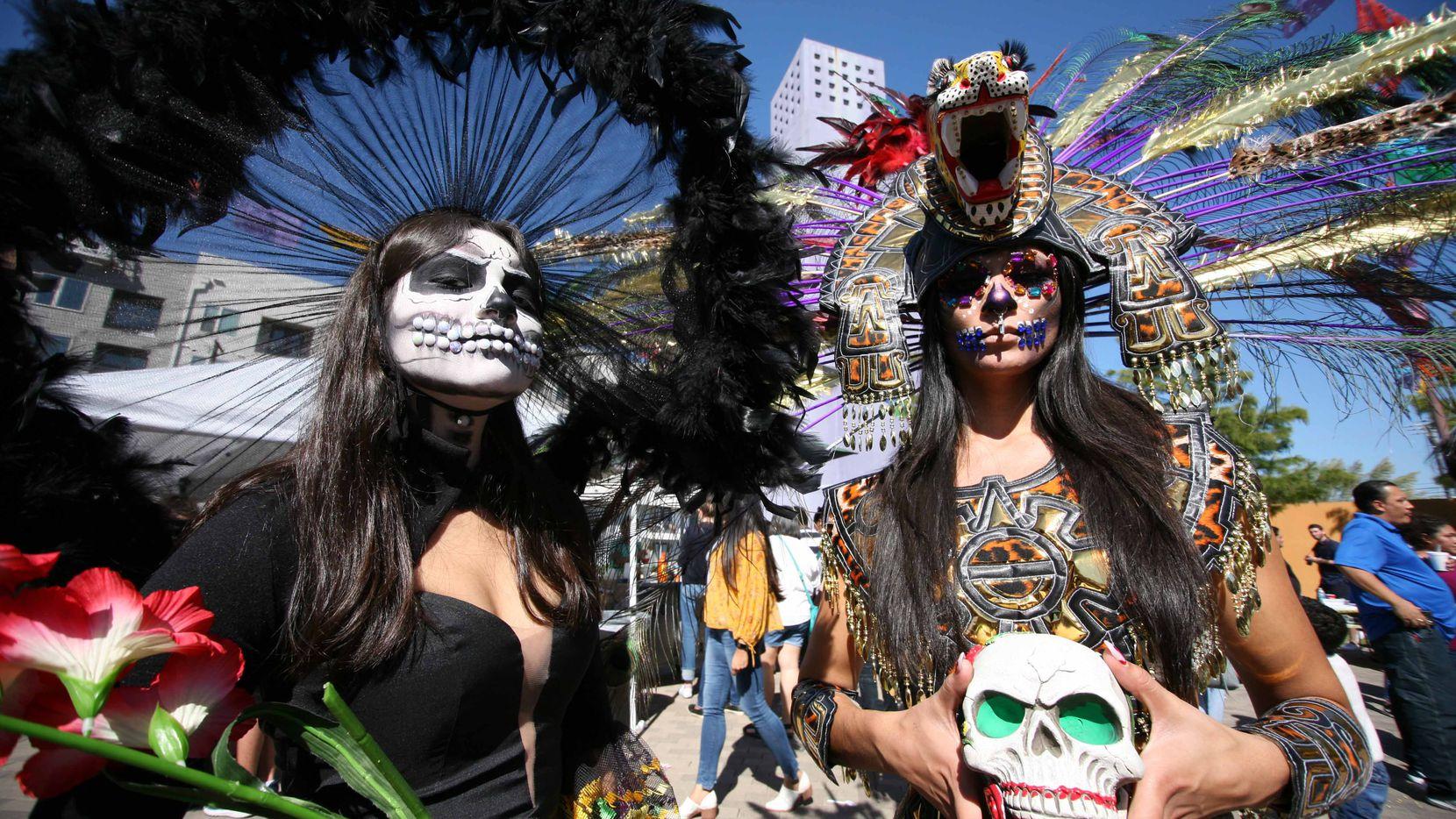 Miembros de la agrupación  Bailarines Aztecas  celebran la tradición del Día de Muertos en el Centro Cutlural Latino. MILKO MARÍN/Especial para AL DÍA
