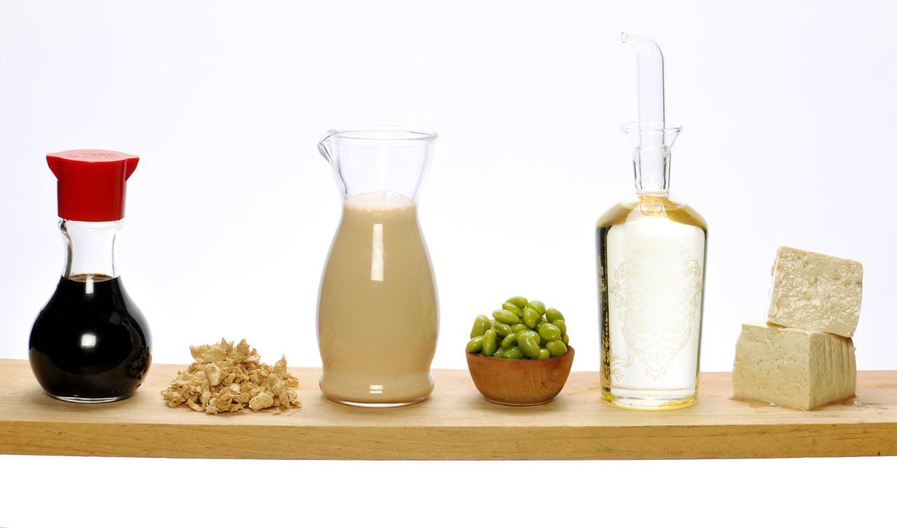 La leche de soya (tercera de izq. a der.) proviene directamente de los frijoles. Es una alternativa vegana apta para personas intolerantes a la lactosa.(AGENCIA REFORMA)