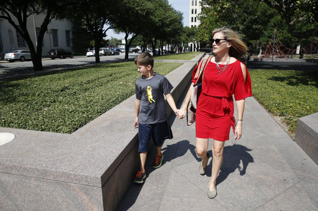 Amber Briggle walks to enter the courtroom with her transgender son MG Briggle, 8, where a hearing for the federal lawsuit on transgender bathroom rules will be held at Eldon B. Mahon U.S. Courthouse in Fort Worth on Aug. 12, 2016.