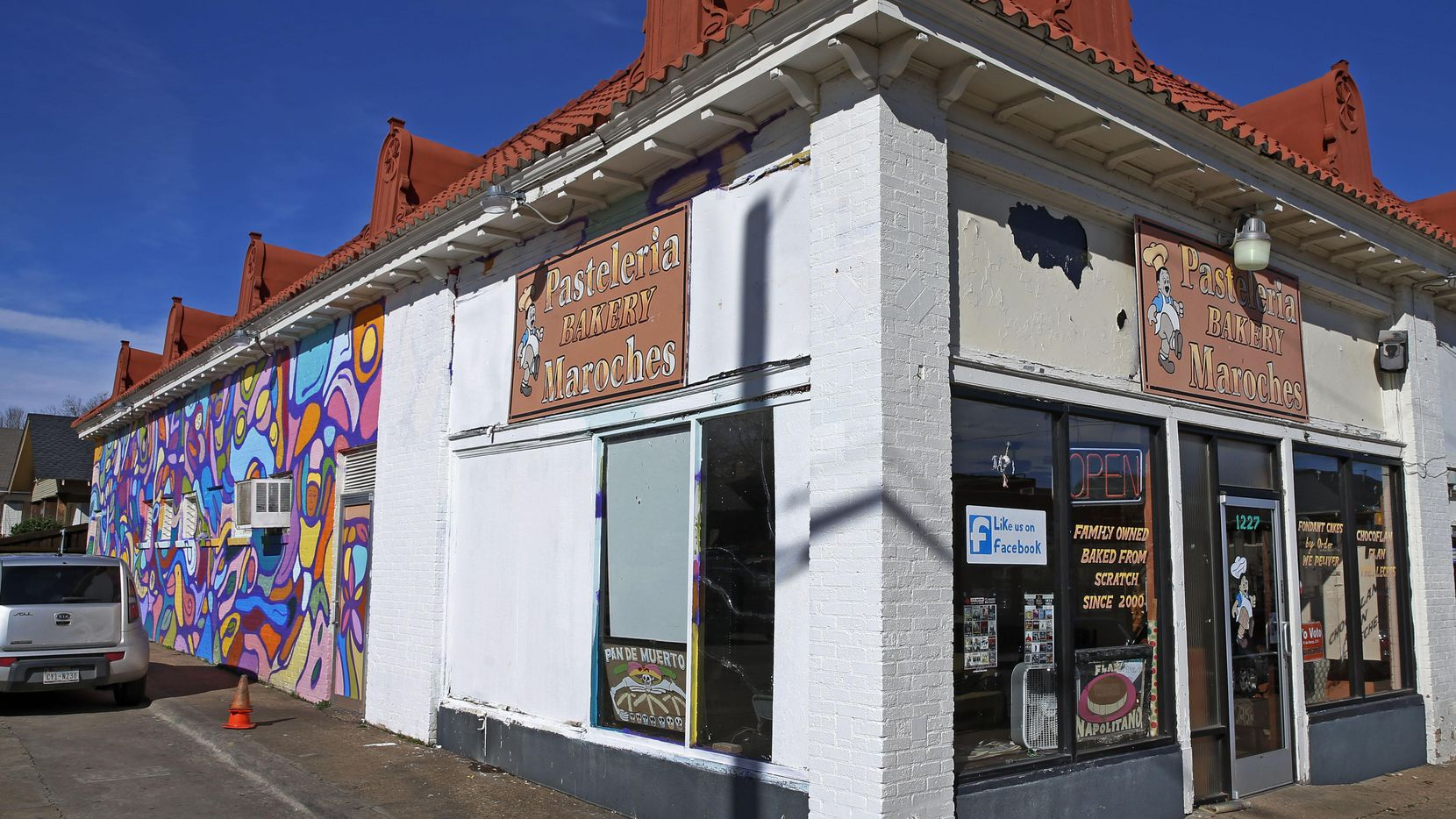 El mural de Maroches Bakery en West Davis Street empezó a ser borrado mientras duraba la disputa con la ciudad. (DMN/JAE S. LEE)