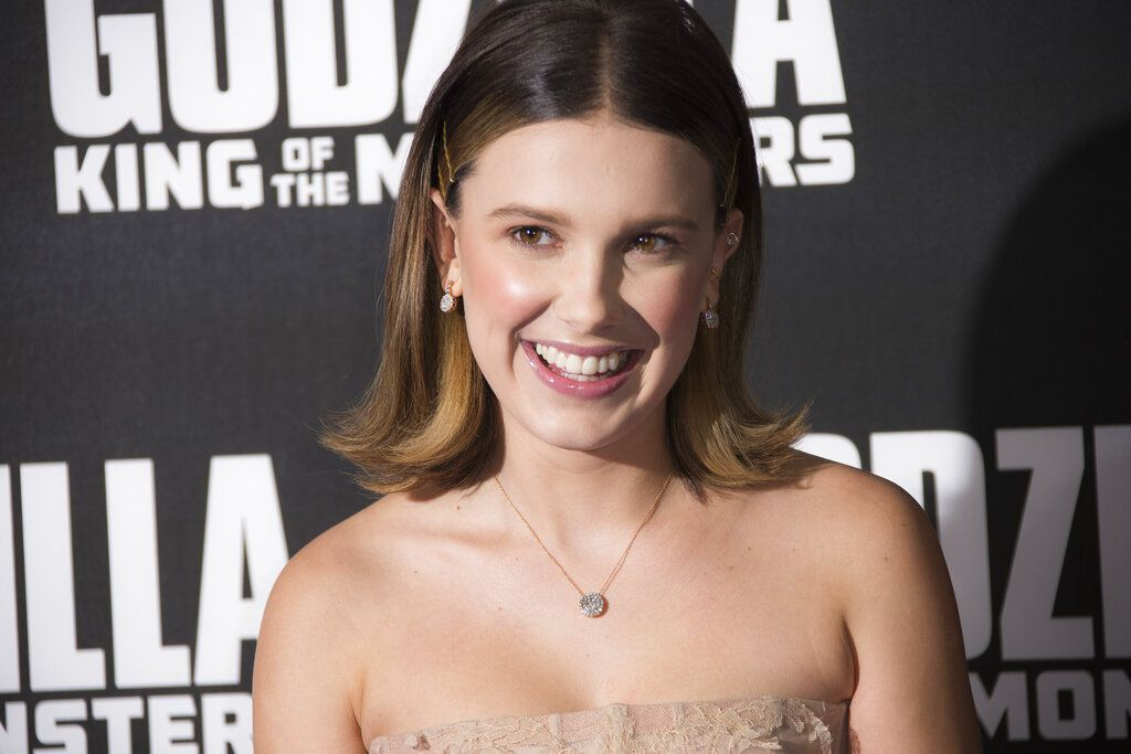 "La actriz Millie Bobby Brown posa al llegar a una función de ""Godzilla: King of the Monsters"" en Londres, el martes 28 de mayo del 2019. (Foto por Joel C Ryan/Invision/AP)"