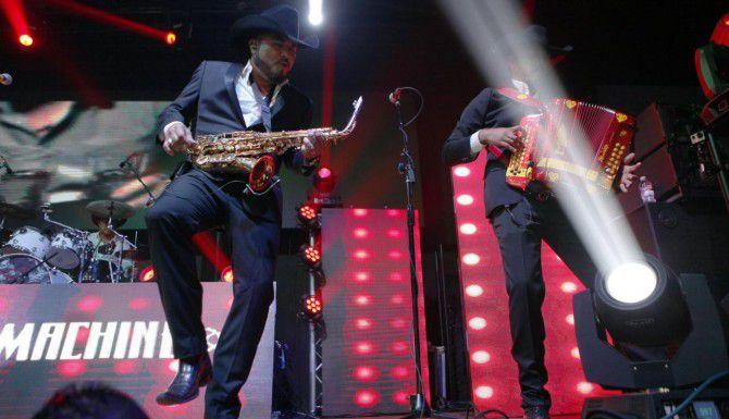 Keith Nieto en el saxofón y Rory Nieto, acordeón, integrantes de La Maquinaria Norteña que está por festejar sus 10 años. (FOTOS: ESPECIAL PARA AL DÍA/BEN TORRES)