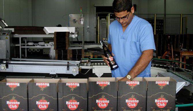 Un trabajador revisa la producción en la planta del ron Hava Club, en La Habana, Cuba. (AP/FRANKLIN REYES)