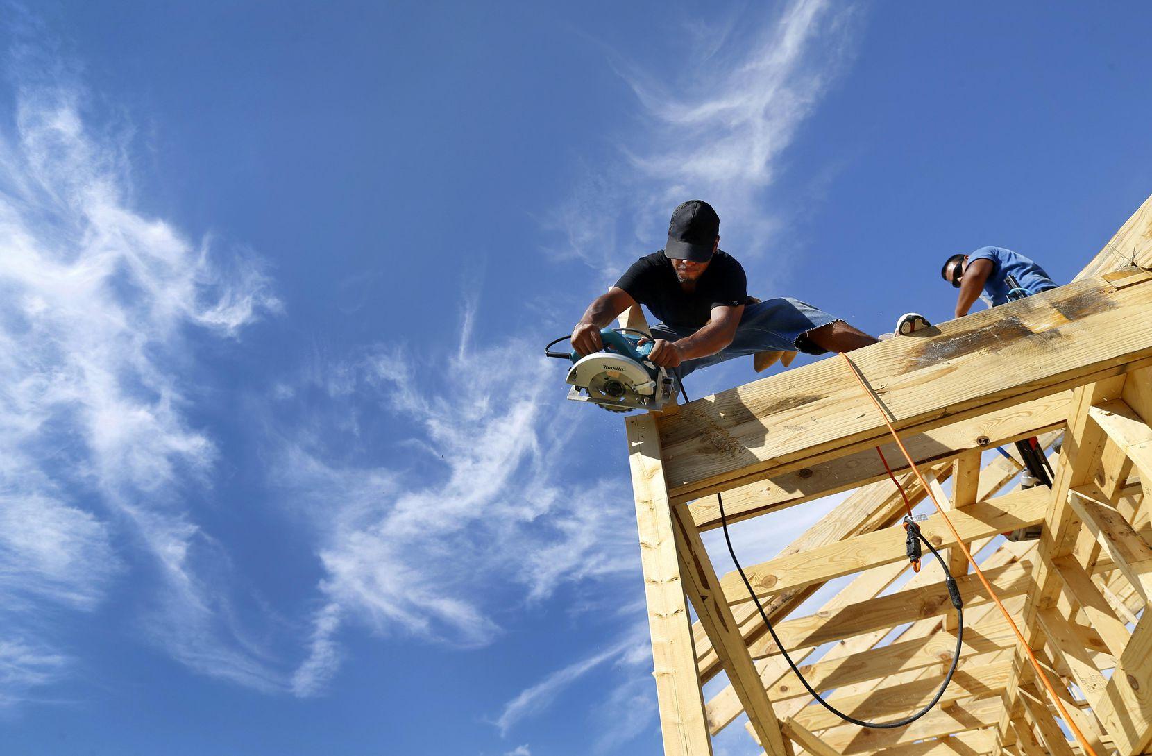 Sergio Moreno trabaja en una casa en el sur de Dallas. Los trabajadores especializados como carpinteros o electricistas son los que más escasean. TOM FOX/DMN