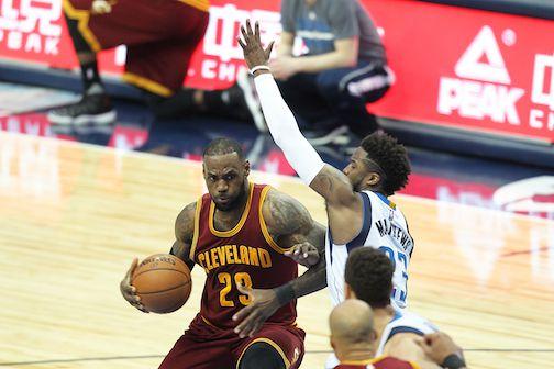 LeBron James de los Cavaliers de Cleveland trata de deshacerse de la marca de Wesley Matthews de los Mavericks de Dallas en el partido de la NBA, el lunes en el American Airlines Center en Dallas. ESPECIAL PARA AL DIA/ OMAR VEGA