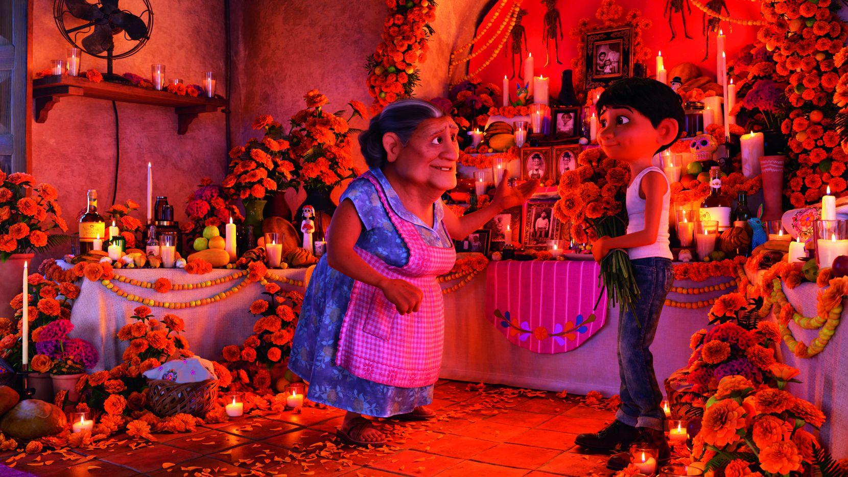 """Abuelita (voz de Renée Víctor) junto a Miguel (Anthony González) en """"Coco"""".(DISNEY PIXAR)"""