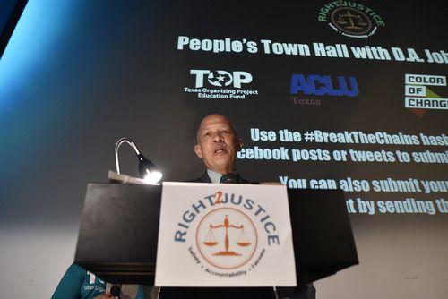 """El fiscal de Dallas, John Creuzot, participó en un foro en el Texas Theatre, en el que discutió sus nuevas políticas que buscan """"descriminalizar la pobreza"""". BEN TORRES/DMN"""