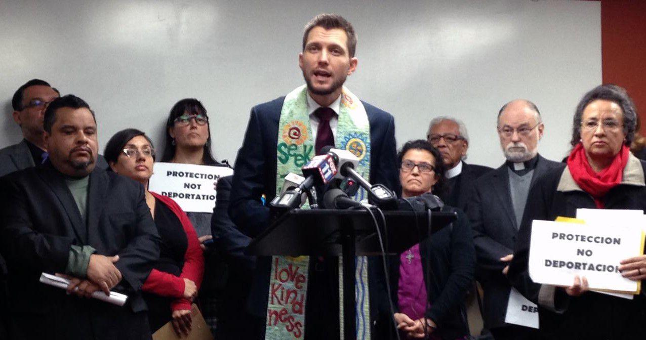El reverendo Noel Andersen, de la Iglesia Servicio Mundial, condena las redadas contra familias centroamericanas en la oficina de la Coalición de Derechos Humanos para los Inmigrantes, en Los Ángeles. (AP/EDWIN TAMARA)