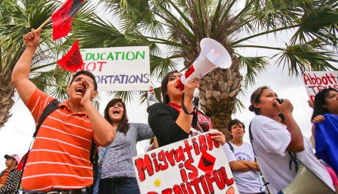 Decenas de personas particpan en una protesta a favor de la acción afirmativa en Brownsville. (AP/YVETTE VELA)