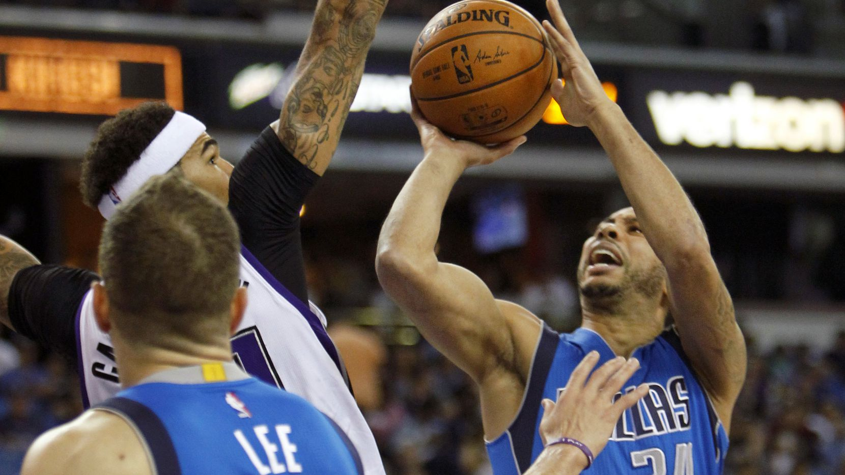 Devin Harris de los Mavericks de Dallas lanza el balón en el partido ante los Kings de Sacramento.