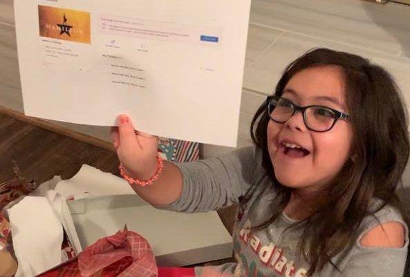 Iliana Sotelo, de 10 años, se emociona al recibir de regalo de Navidad, boletos para ver Hamilton. Foto cortesía Familia Sotelo.