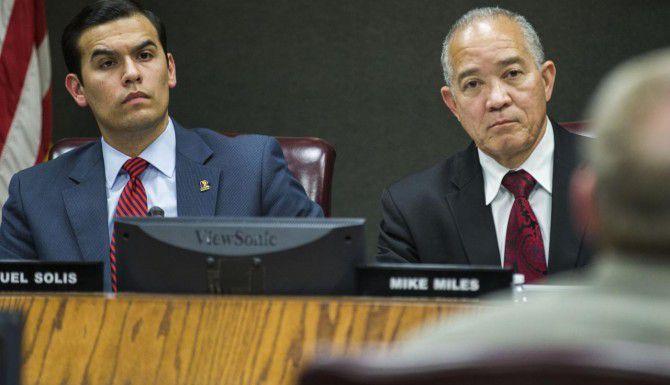 El presidente de la mesa directiva del DISD, Miguel Solís (izq.), pospuso un posible voto para despedir al superintendente Mike Miles (der.) hasta mayo. (DMN/ARCHIVO)