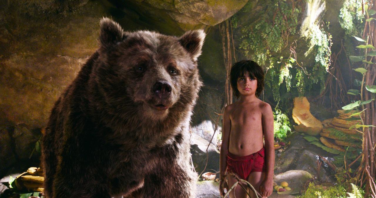 El oso Baloo (con la voz de Bill Murray) y Mowgli, interpretado por Neel Sethi. (AP/DISNEY)