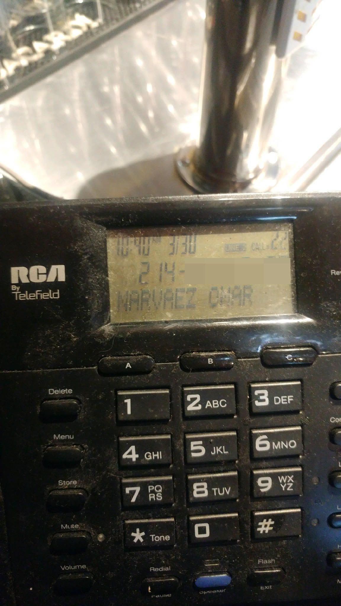 Una foto de BuzzBrews muestra el caller ID de la persona que llamó a opinar sobre el candidato Matt Wood.
