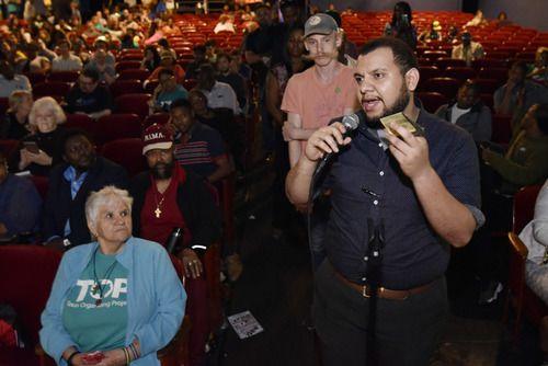 Nicolas Hernández, de Raíces, formula una pregunta al fiscal de Dallas, John Creuzot, durante un foro realizado el miércoles en el Texas Theater. BEN TORRES/Especial para AL DÍA