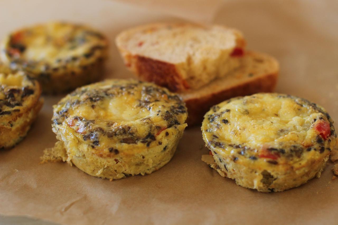 Estas mini-fritattas se pueden servir como tentenpiés. (AP/Matthew Mead)